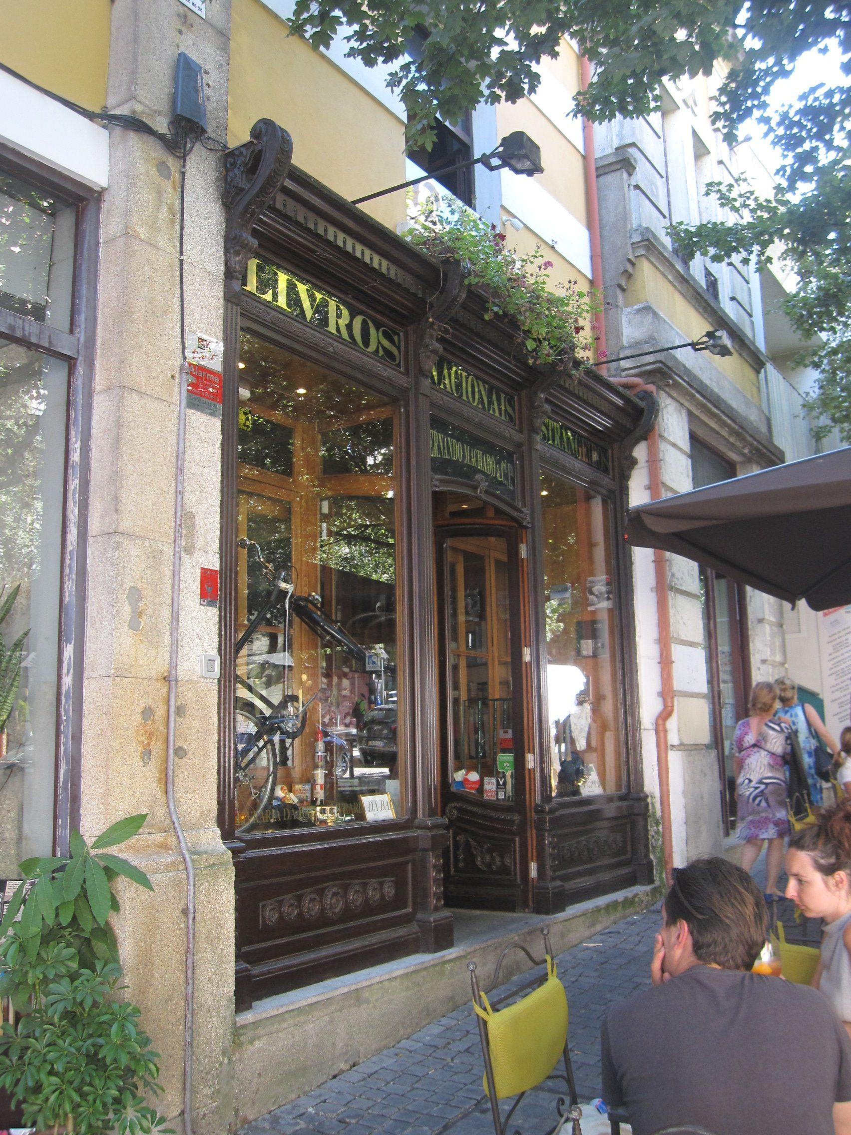 Librairie-transformee-en-cafe